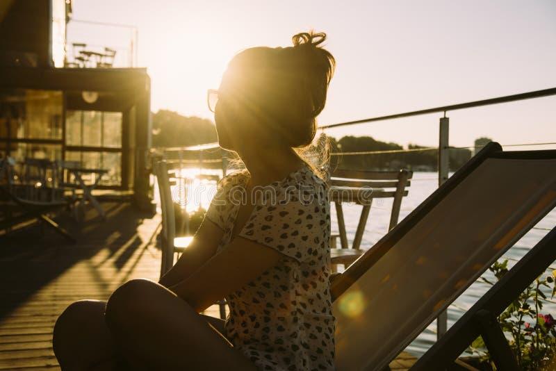 Młoda kobieta cieszy się słońce obraz royalty free
