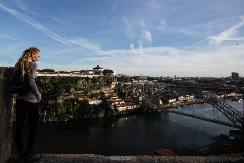 Młoda kobieta cieszy się widok Douro rzeka Luis Porto i Dom, przerzucam most fotografia royalty free