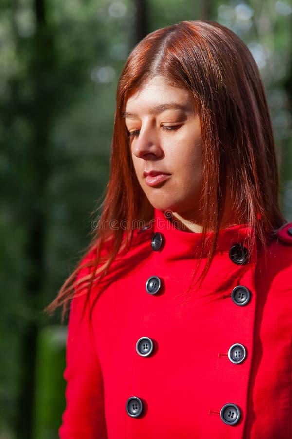 Młoda kobieta czuje smutny chodzącego na lasowej ścieżce samotnie zdjęcia stock