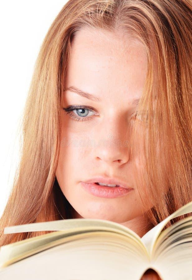 Młoda kobieta czyta książkę obraz royalty free