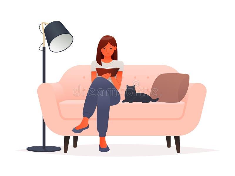 M?oda kobieta czyta ksi??k? podczas gdy siedz?cy na kanapie na bia?ym tle royalty ilustracja