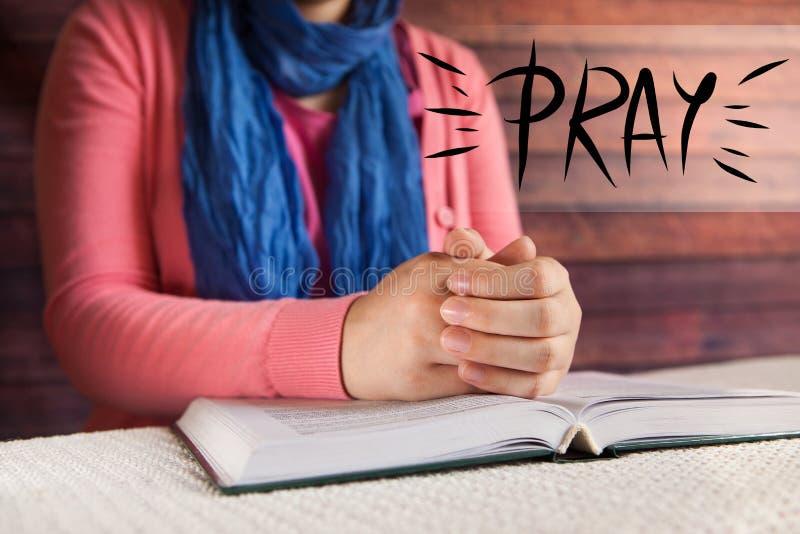 Młoda kobieta czytająca biblia i ono modli się, religii i chrześcijaństwa pojęcie, obraz royalty free