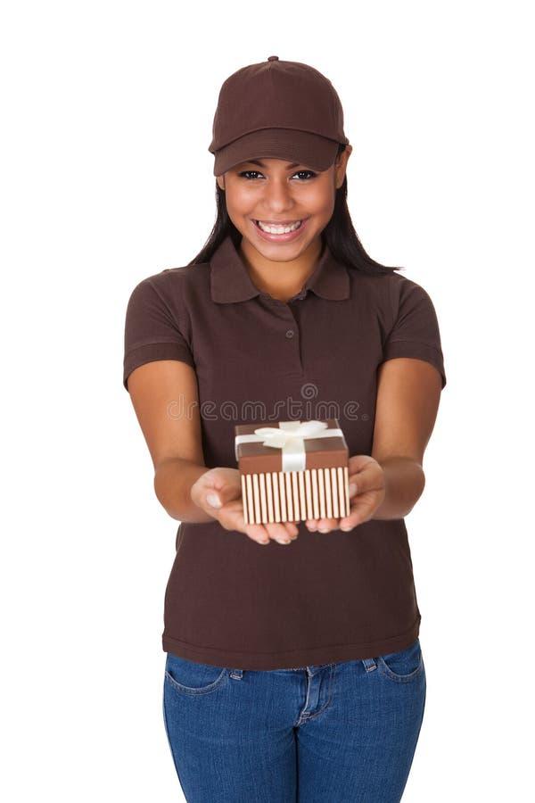 Download Młoda Kobieta Daje Prezenta Pudełku Obraz Stock - Obraz złożonej z paczka, dostarcza: 28969201