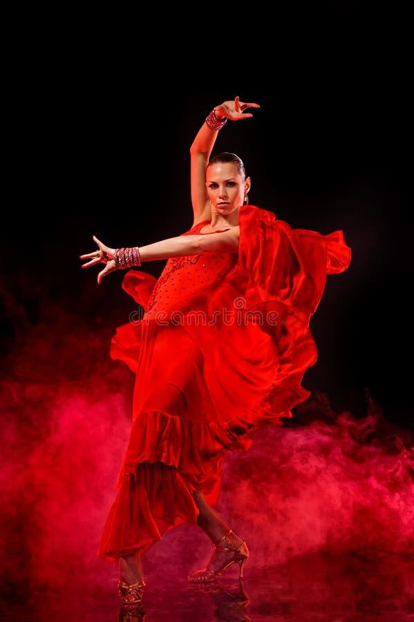 Młoda kobieta dancingowy latynos na ciemnym dymiącym tle obraz royalty free