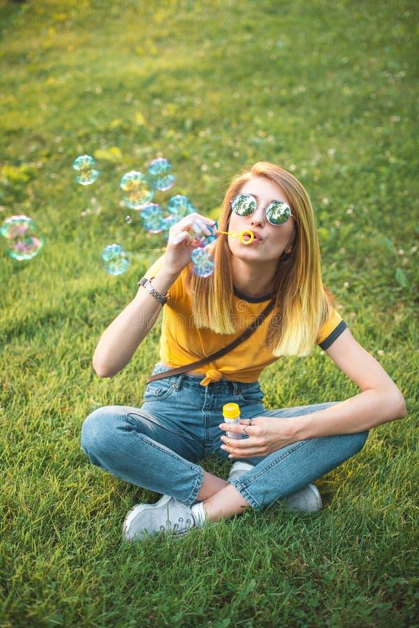 Młoda kobieta dmucha mydlanych bąble fotografia royalty free
