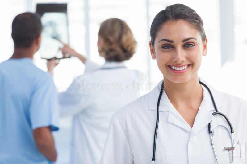 Młoda kobieta doktorska patrzejący kamerę fotografia stock