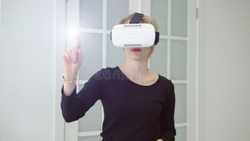 Młoda kobieta dostaje doświadczenie używać VR słuchawki szkła rzeczywistość wirtualna zdjęcia stock