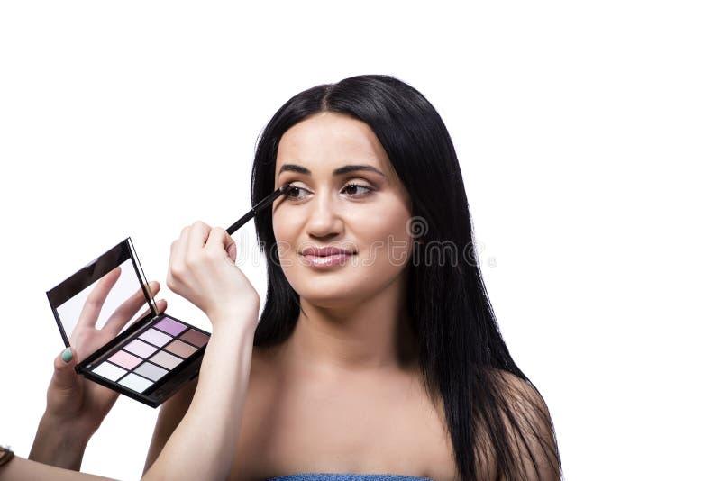 Młoda kobieta dostaje makijaż odizolowywający na bielu fotografia royalty free