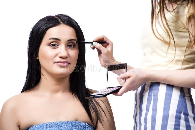 Młoda kobieta dostaje makijaż odizolowywający na bielu zdjęcia royalty free