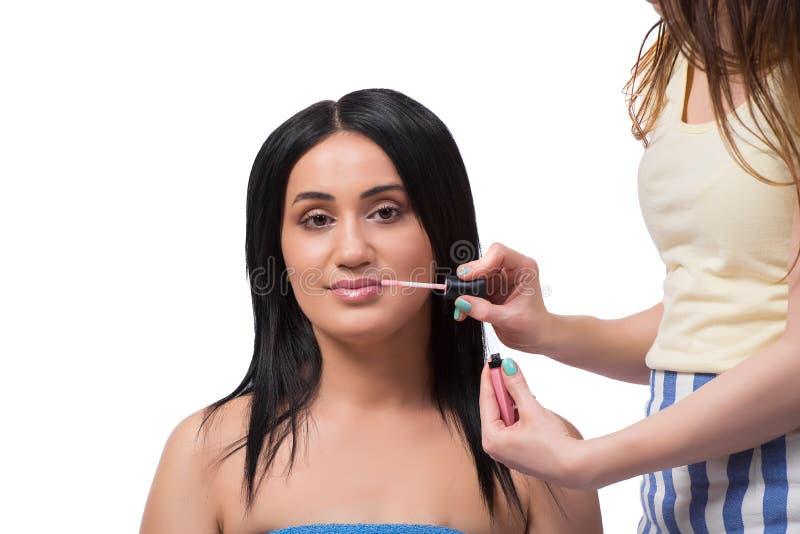 Młoda kobieta dostaje makijaż odizolowywający na bielu obrazy royalty free