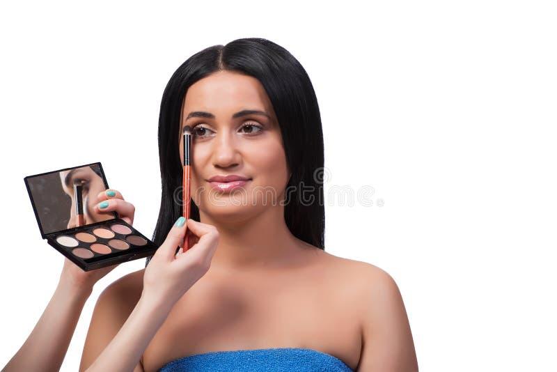 Młoda kobieta dostaje makijaż odizolowywający na bielu zdjęcie royalty free