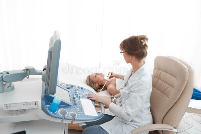 Młoda kobieta dostaje pierś ultradźwięku skanerowanie obrazy stock