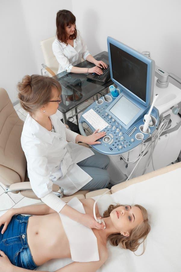 Młoda kobieta dostaje ultradźwięku skanerowania egzamin przy hospi fotografia stock