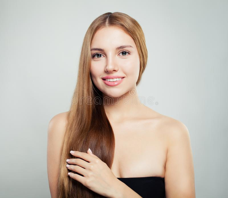 Młoda kobieta dotyka jej rękę jej włosy Doskonalić dziewczyna z naturalnym zdrowym włosy i jasnym skóra portretem obrazy stock