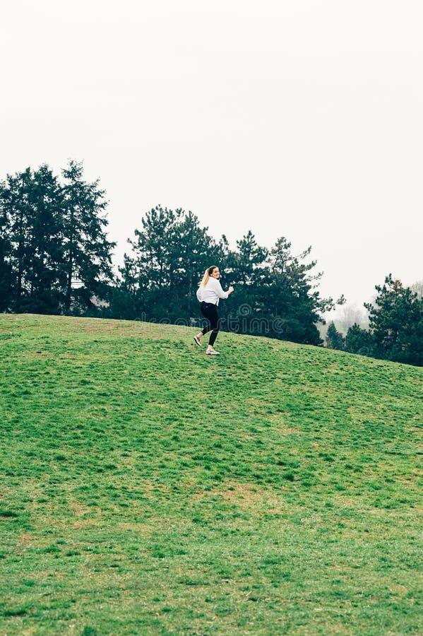 Młoda kobieta, działający up wzgórza, romantycznego lub wolności pojęcie, zdjęcia royalty free