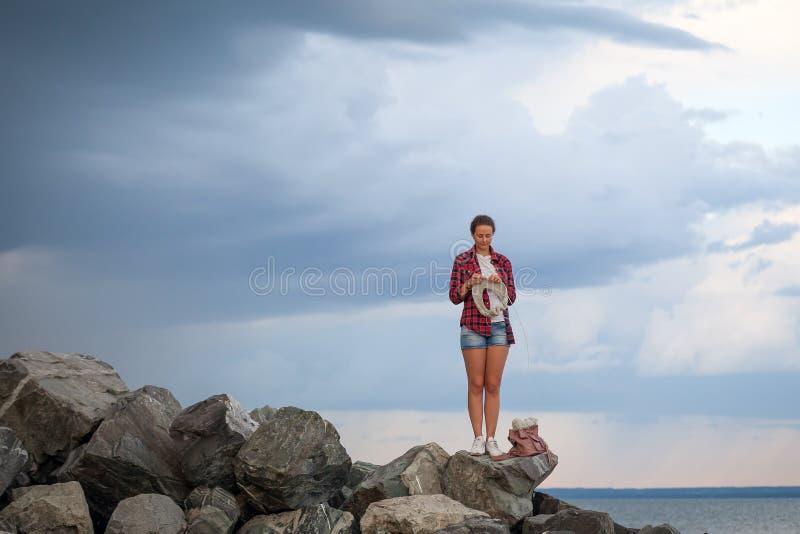 Młoda kobieta dzia pulower obrazy royalty free