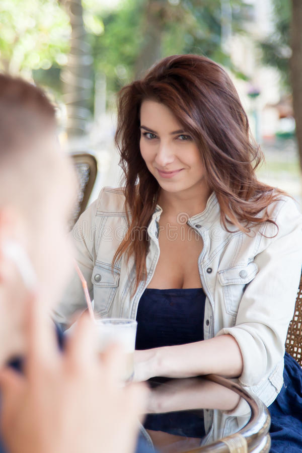 Młoda kobieta flirtuje przy kawiarnią zdjęcia royalty free