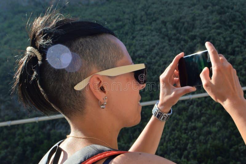 Młoda kobieta fotograf z telefonem komórkowym obrazy royalty free
