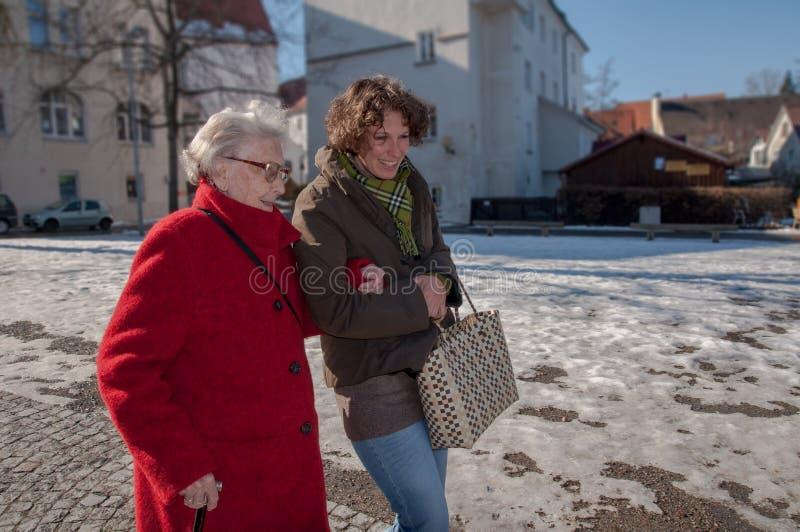 Młoda kobieta iść dla robić zakupy z starszą kobietą fotografia stock
