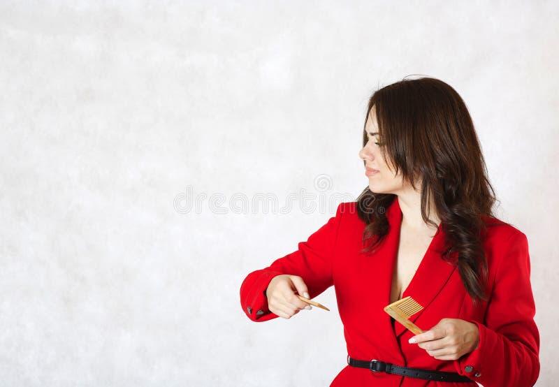 Młoda kobieta i łamana włosy grępla obraz stock