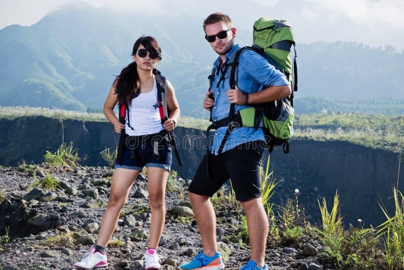 Młoda kobieta i mężczyzna iść trekking wpólnie, natury tło obrazy stock