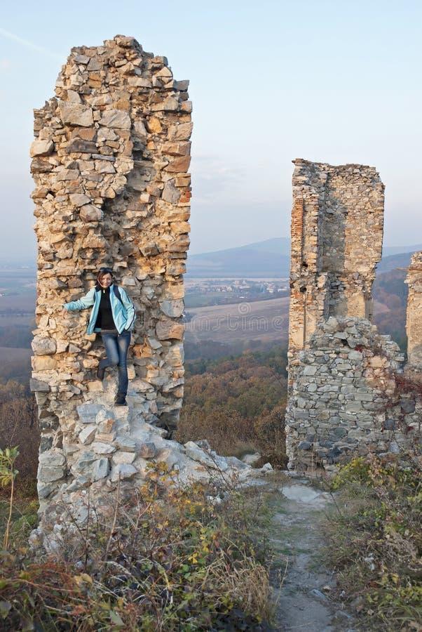 Młoda kobieta i ruiny kasztel obrazy royalty free