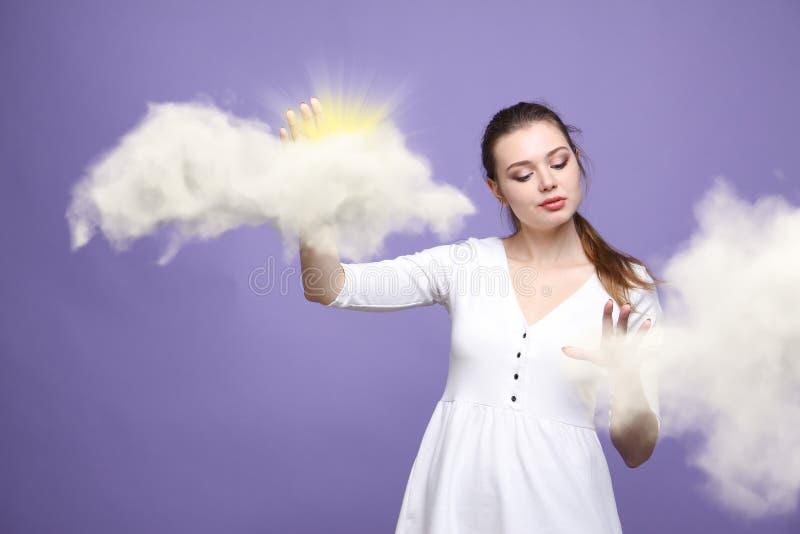 Młoda kobieta i słońce błyszczy out od za chmur, chmury obliczać lub pogodowego pojęcia, obrazy stock