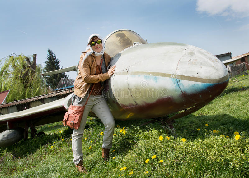 Młoda kobieta i samolot obraz stock