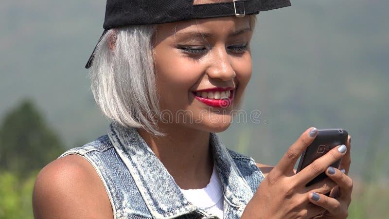 Młoda kobieta i smartphone obrazy royalty free