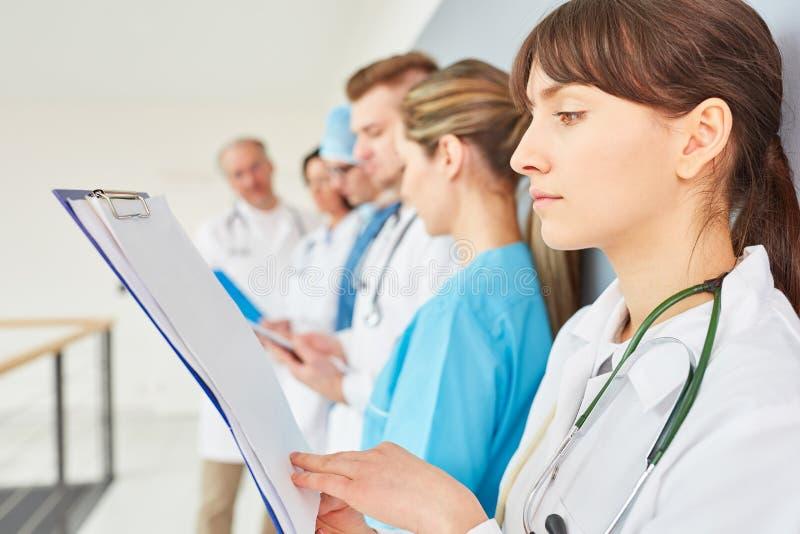 Młoda kobieta jako lekarz aplikantura obrazy stock