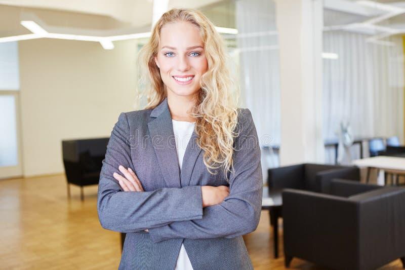 Młoda kobieta jako pomyślny bizneswoman zdjęcia royalty free