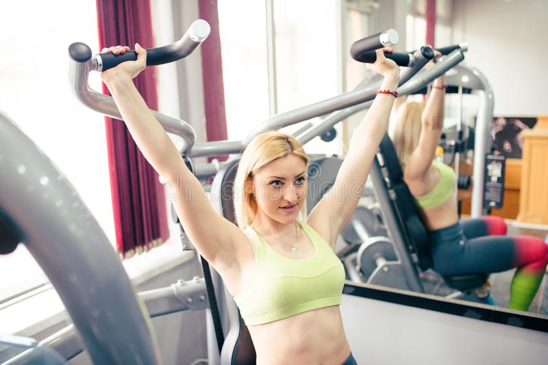 Młoda kobieta jest pracująca w gym out zdjęcie stock