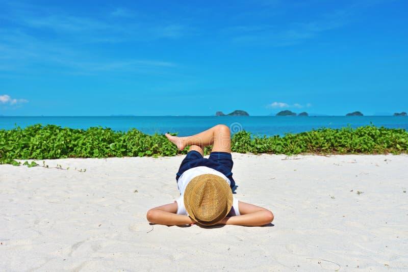 Młoda kobieta jest relaksująca na Samui wyspie fotografia stock