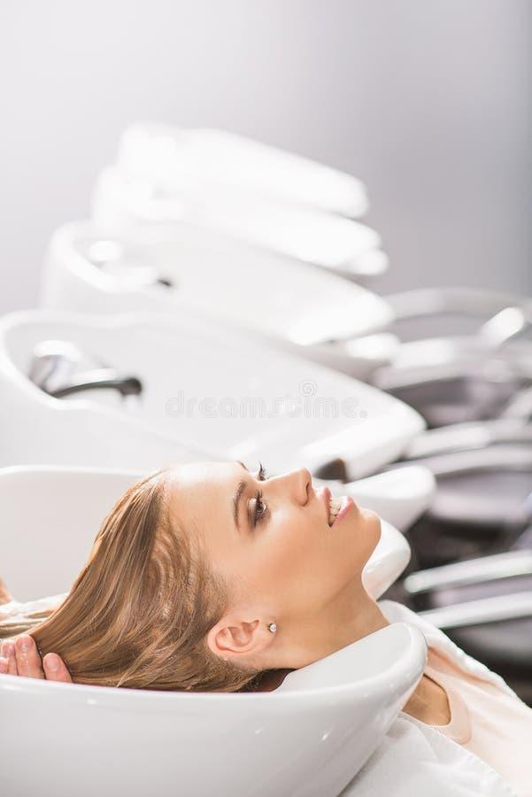 Młoda kobieta jest relaksująca przy piękno salonem obrazy royalty free