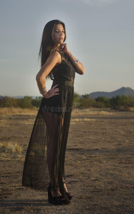 Młoda kobieta jest ubranym czerni suknię obrazy royalty free