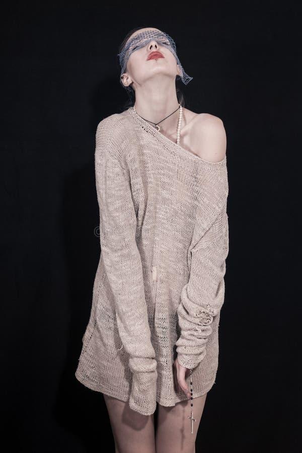 Młoda kobieta jest ubranym długiego pulower zdjęcia stock