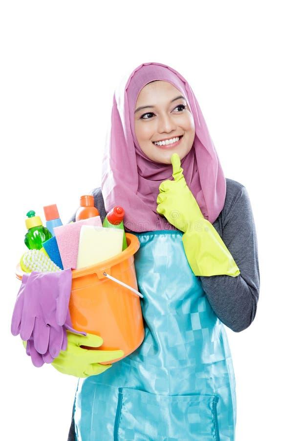 Młoda kobieta jest ubranym hijab główkowanie podczas gdy trzymać wiadro folował o fotografia royalty free