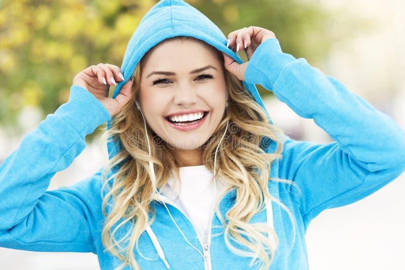 Młoda kobieta jest ubranym hoodie zdjęcie royalty free