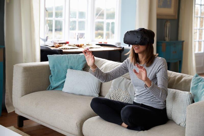 Młoda Kobieta Jest ubranym rzeczywistości wirtualnej słuchawki W studiu obrazy stock