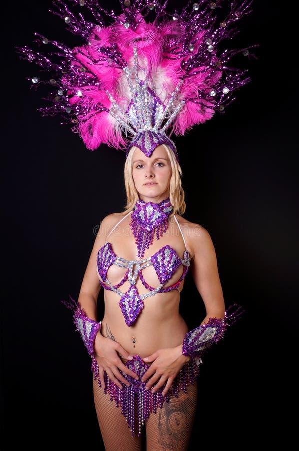 Młoda kobieta jest ubranym samba kostium obraz royalty free
