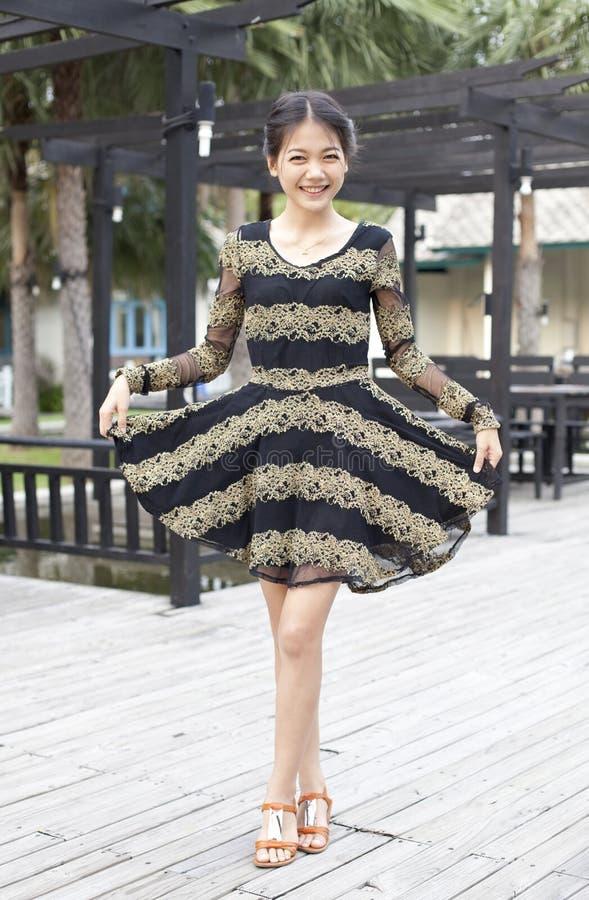 Młoda kobieta jest ubranym spódnicy suknię z uśmiechniętą twarzą obraz royalty free