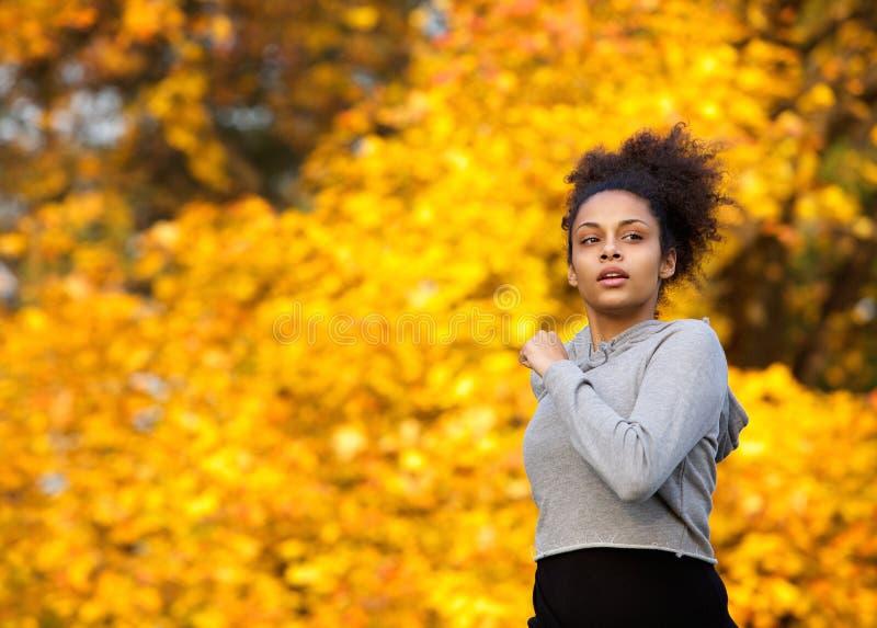 Młoda kobieta jogging outdoors w jesieni zdjęcie stock