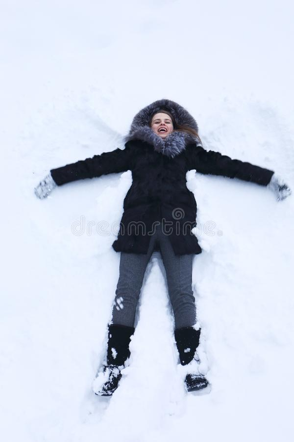 Młoda kobieta kłaść na śniegu zdjęcia royalty free
