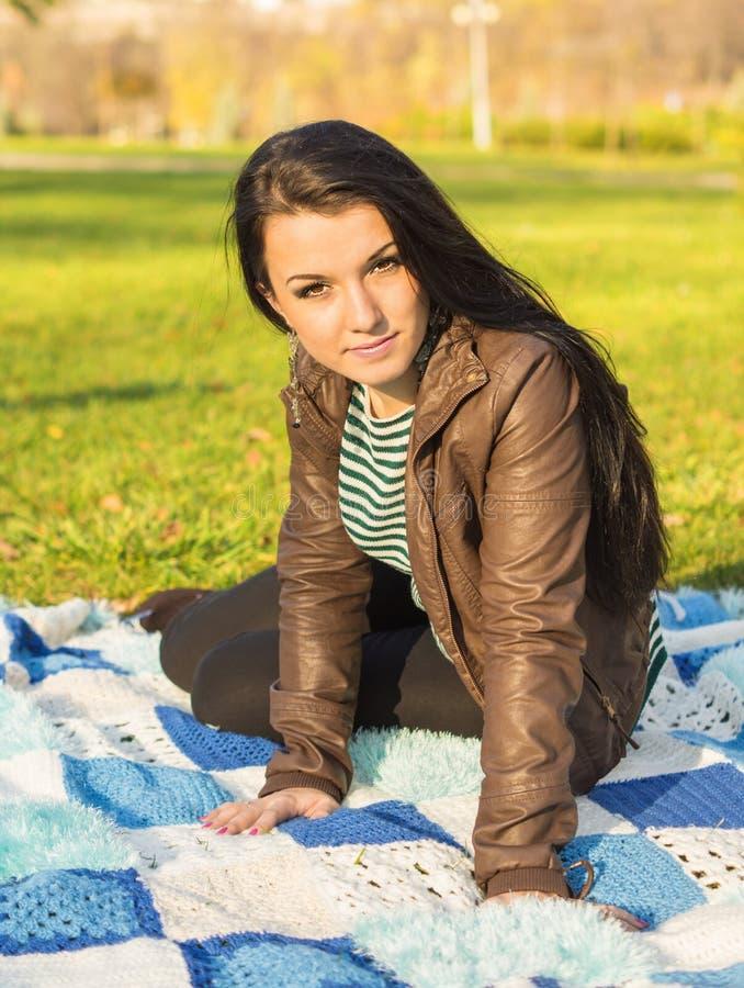 Młoda kobieta kłaść w dół na ziemi w jesieni zdjęcie stock