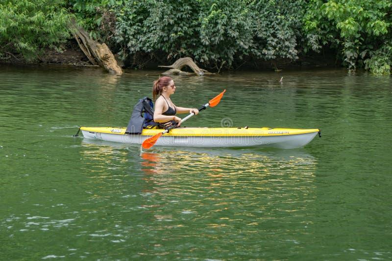Młoda Kobieta Kayaking na Roanoke rzece fotografia royalty free