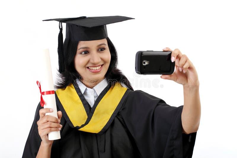 Młoda kobieta kończący studia uczeń bierze selfie zdjęcia stock