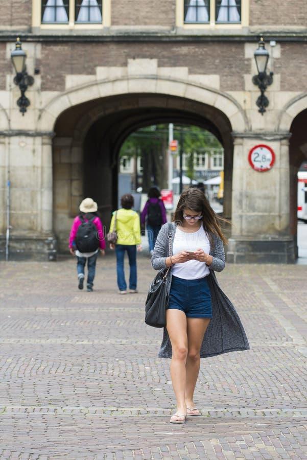 Młoda kobieta konsultuje jej wiszącą ozdobę zdjęcia royalty free