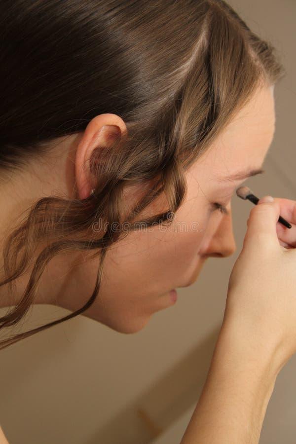 Młoda kobieta lub panna młoda stosuje makijaż obrazy royalty free