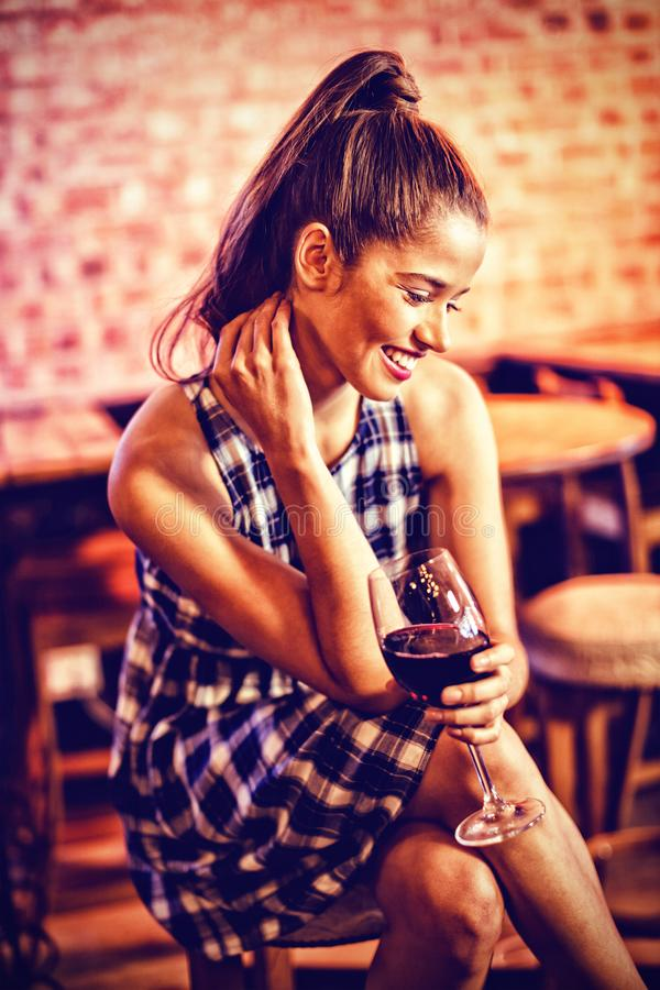 Młoda kobieta ma czerwone wino obrazy stock