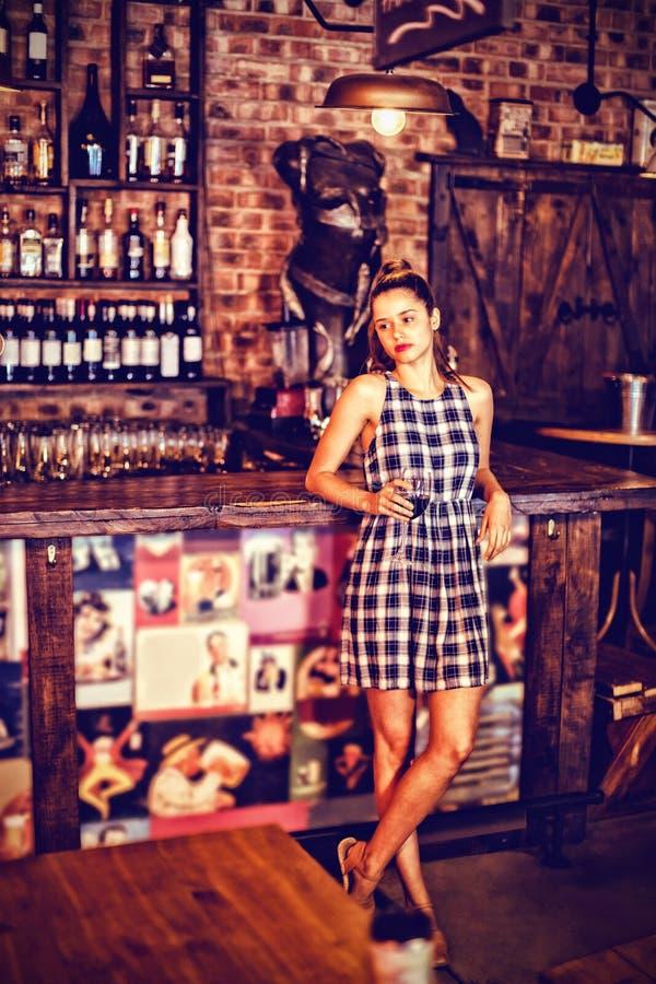 Młoda kobieta ma czerwone wino w pubie fotografia royalty free